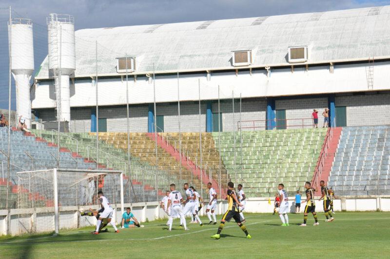 Atacante do Serranense perde gol incrível